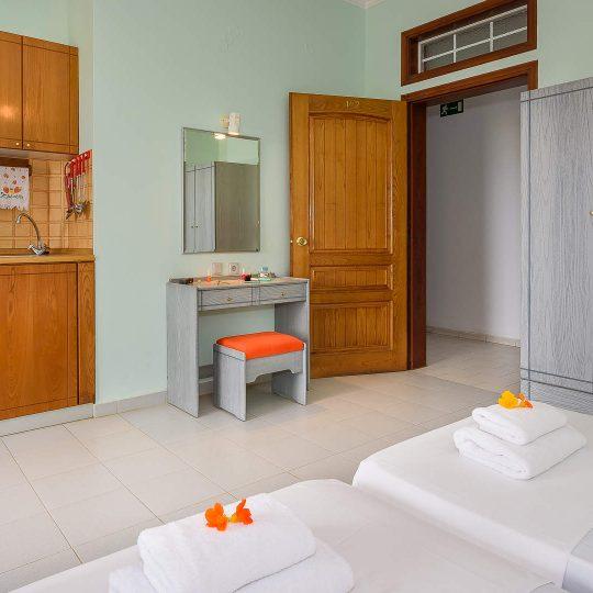 http://louladakis-apts.gr/wp-content/uploads/2017/04/louladakis_apartments_double_room_sofa-540x540.jpg