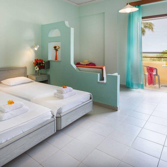http://louladakis-apts.gr/wp-content/uploads/2017/04/louladakis_apts_double_room_with_sofa_bed-540x540.jpg