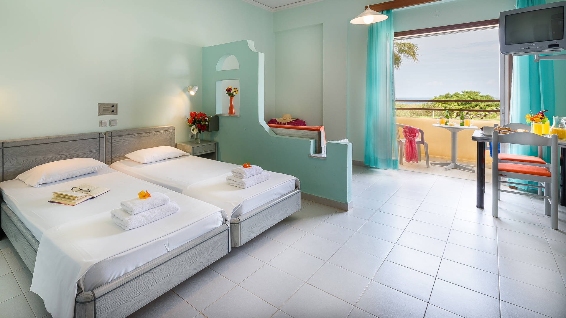 https://louladakis-apts.gr/wp-content/uploads/2017/04/louladakis_apts_double_room_with_sofa_bed.jpg