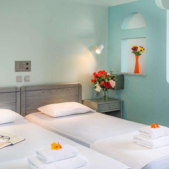 http://louladakis-apts.gr/wp-content/uploads/2017/04/louladakis_doubl_room_sofa_relaxation-540x540.jpg