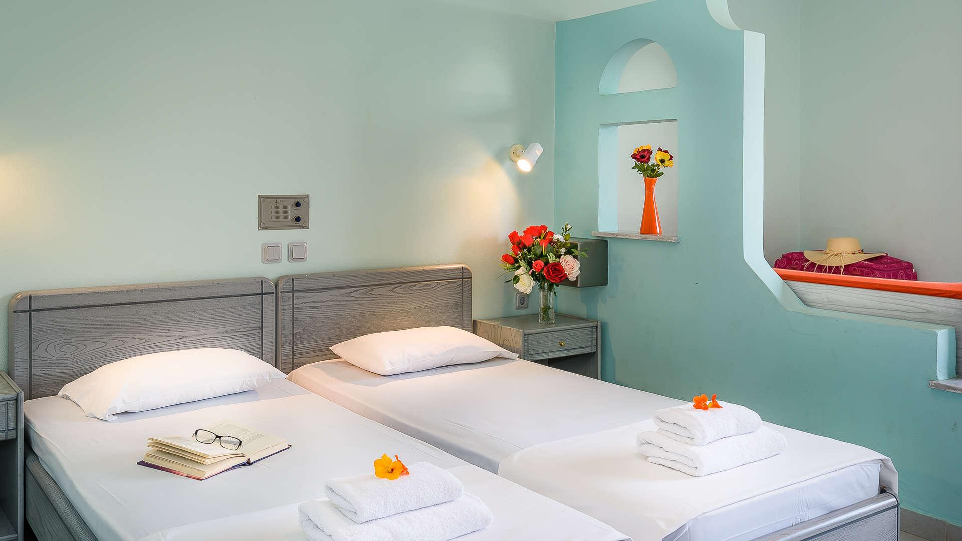 http://louladakis-apts.gr/wp-content/uploads/2017/04/louladakis_doubl_room_sofa_relaxation.jpg